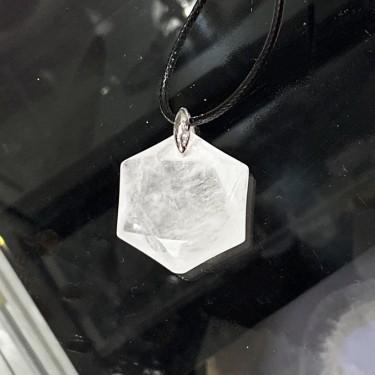 Collier pendentif  cristal de roche hexagone sur cordon noir