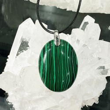 Collier pendentif  malachite reconstitué sur cordon noir