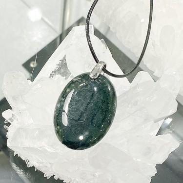 Collier pendentif  agate verte sur cordon noir